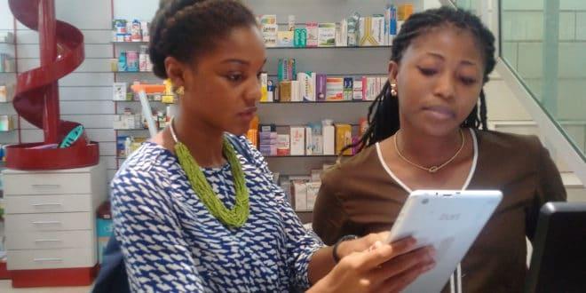 """Elsie Sowah chef de projet pour mPharma en Côte d""""Ivoire (à gauche) et Bienvenue, vendeuse à la Grande Pharmacie du Palm Club à Abidjan"""