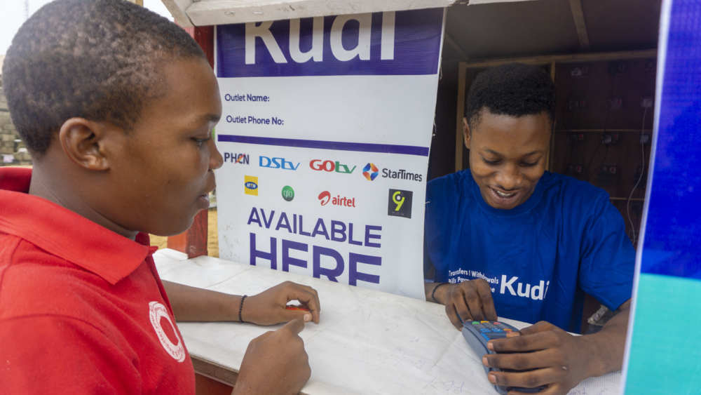 Kudi s'associe avec les Banques commerciales et les autres institutions financières pour proposer divers services tels que l'épargne, les prêts ou des assurances pour les particuliers comme pour les petits commerces informels.